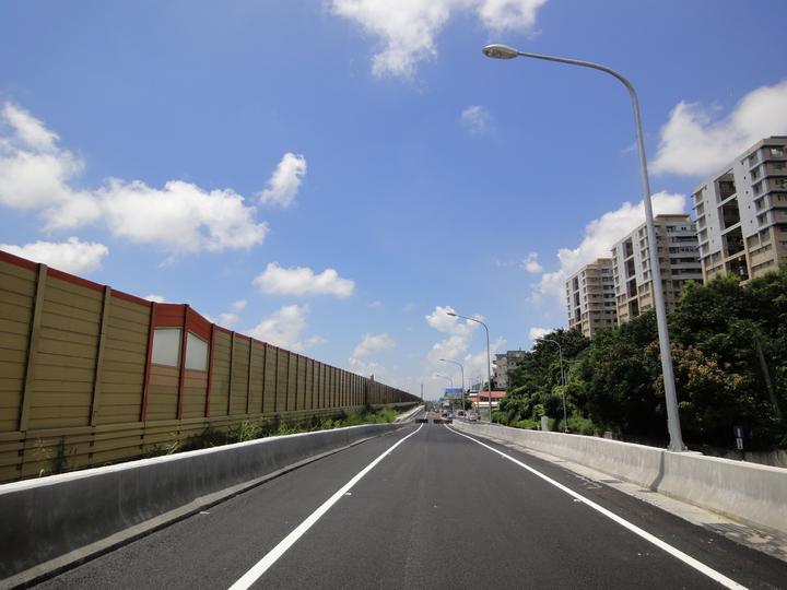 大灣交流道南下匝道將於明天下午4點開放通車。圖/工務局提供