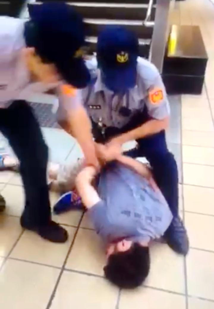 男子酒後在捷運頂溪站到處亂噴防狼噴霧劑,警方將他壓制逮捕 。記者甘育瑋/翻攝