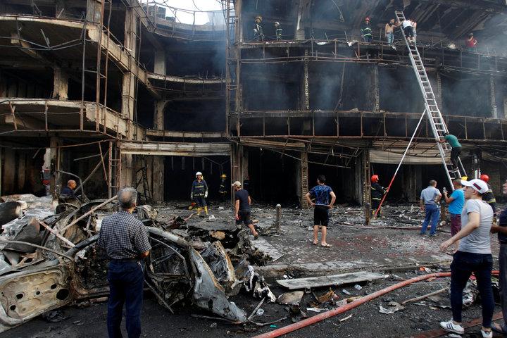 伊拉克首都巴格達的商場三日被汽車炸彈炸得只剩骨架。(路透)