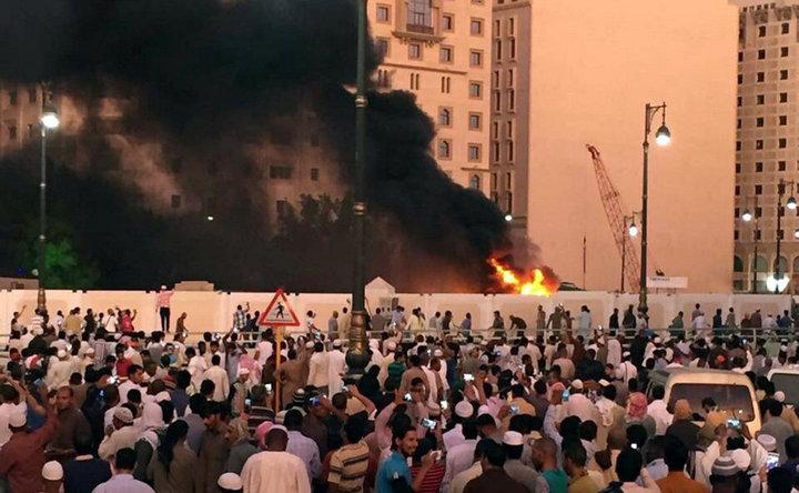 沙烏地阿拉伯麥地那「先知穆罕默德清真寺」的安全部隊四日遭自殺炸彈客攻擊,現場冒出濃煙。(路透)