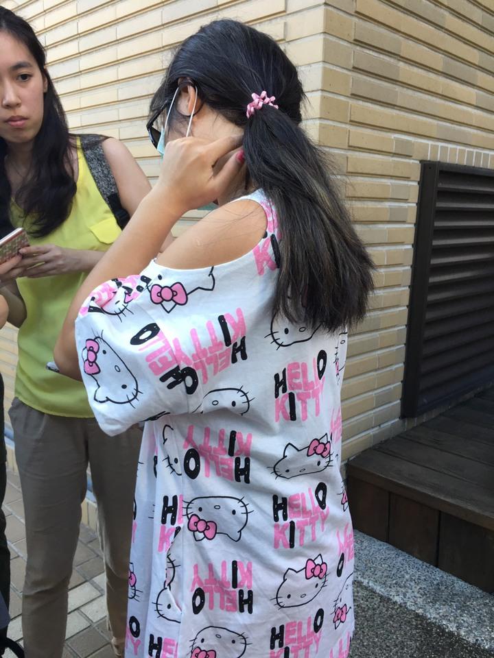 李小姐下午出面說明女兒遭老師掐頸的事件,也試圖還原動作,指出後頸紅痕處。記者魏莨伊/攝影