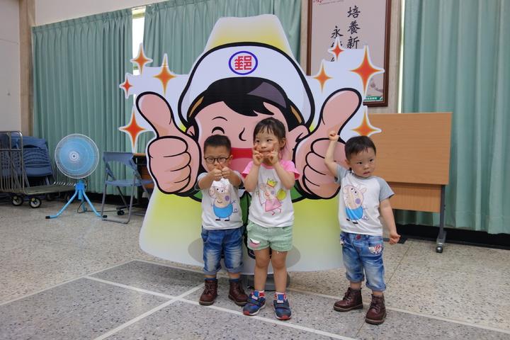 三胞胎開心的跟郵政寶寶看板合照。記者劉星君/攝影