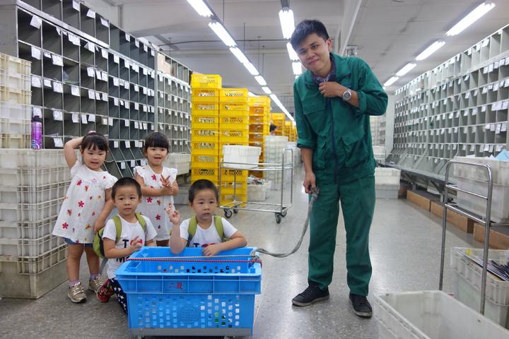 雙胞胎參訪郵局開心跟郵務士拍照。記者劉星君/攝影