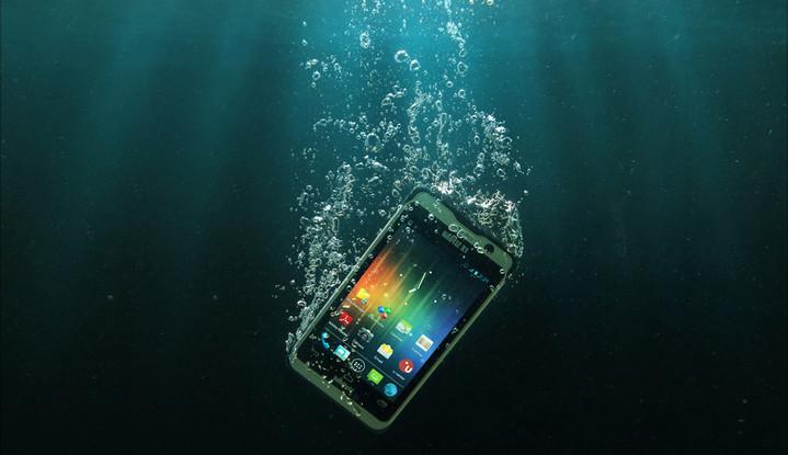 如果你的手機不小心掉入水中,記得先將手機拿起來甩一甩,把手機內的水盡量甩出來,然後將手機放在通風處陰乾,最後再把手機放在一袋水晶貓砂中,並將袋子紮緊。(網路照片)