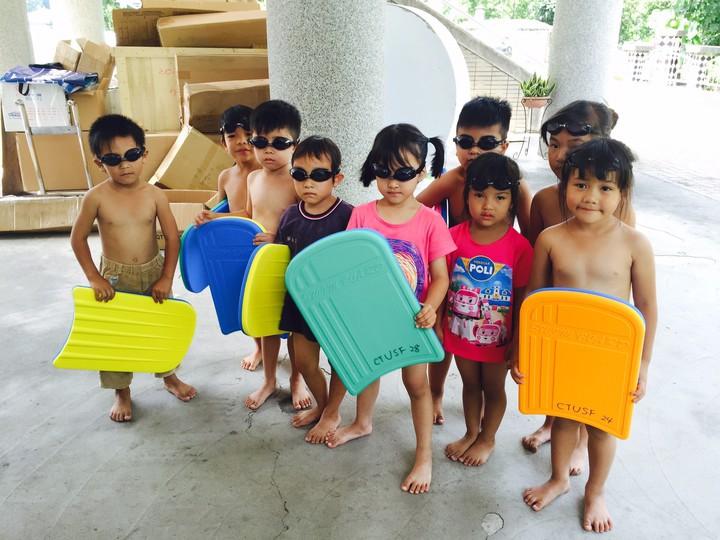 南投縣仁愛鄉萬豐國小附設幼學童,日前參加體育署舉辦的游泳教學營,讓教練直呼「卡哇伊」。圖/體育署提供