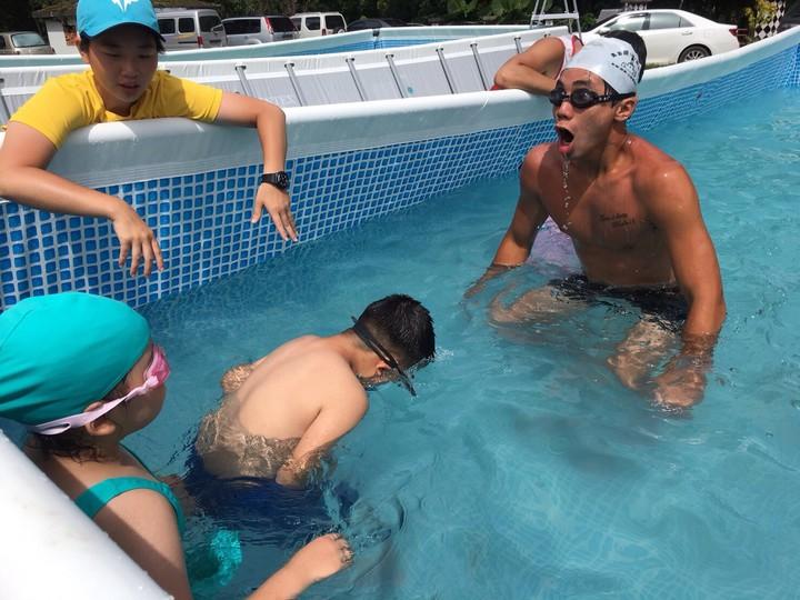 體育署到偏鄉國小舉辦游泳教學營,在親水體驗池中,教練採一對二教學,訓練學童在水中韻律呼吸。圖/體育署提供