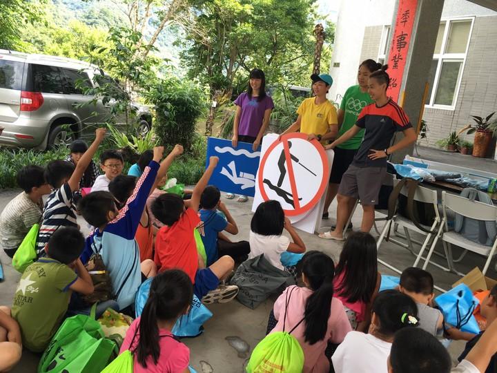 體育署到偏鄉國小舉辦游泳教學營,利用水域標誌,教導學童正確辨識安全水域環境。圖/體育署提供