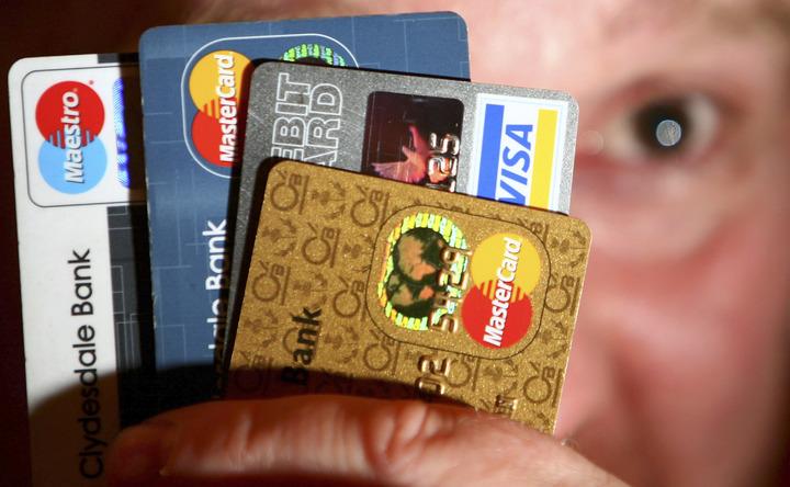 有騙徒利用偷來的信用卡資料,上網購物,當郵差送貨時,他便攔截取貨。(Getty Images)