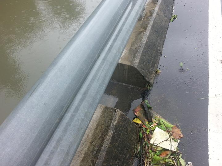 水快要淹上路面。記者蔣繼平/攝影