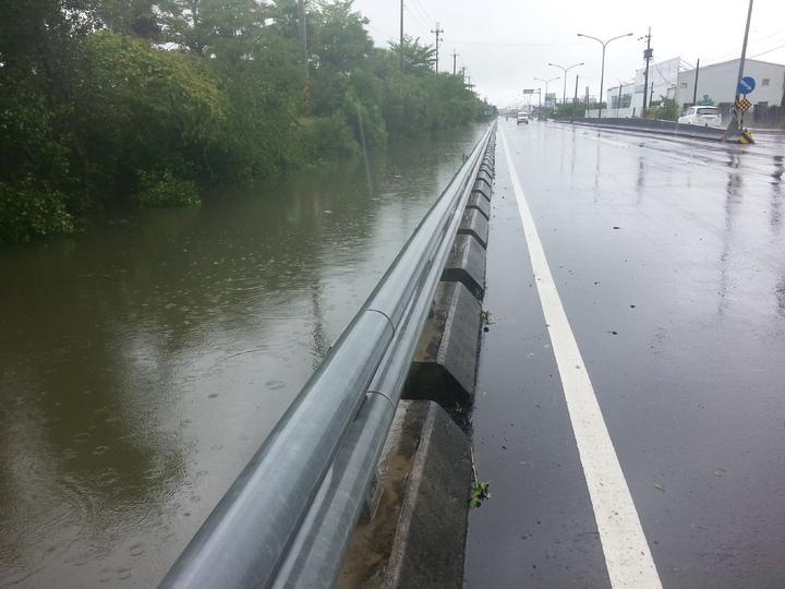 路面跟排水溝水位幾乎「平高」。記者蔣繼平/攝影