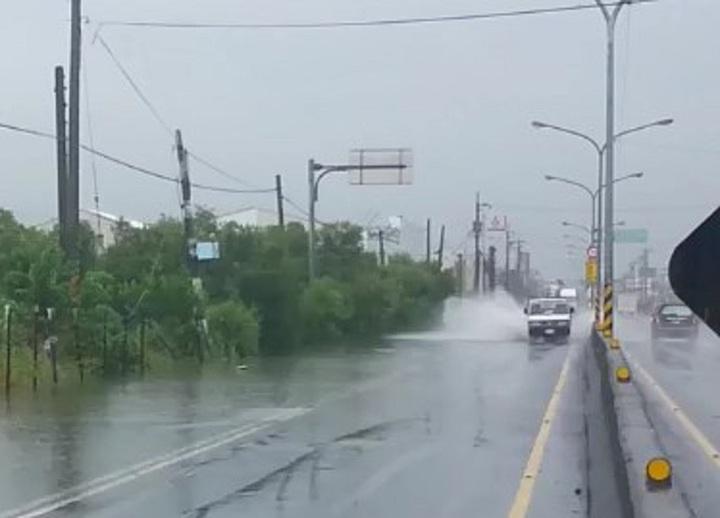 車輛經過濺起大量水花,更不敢行駛路肩。記者蔣繼平/攝影