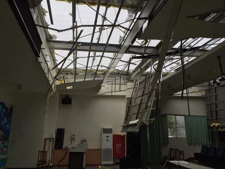台東溫泉國小禮堂被狂風吹掀。圖/吳正成校長提供