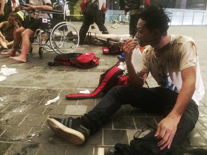 台鐵松山車站昨夜驚傳車廂爆炸,受傷旅客集中在ㄧ樓待送醫。記者王騰毅/攝影
