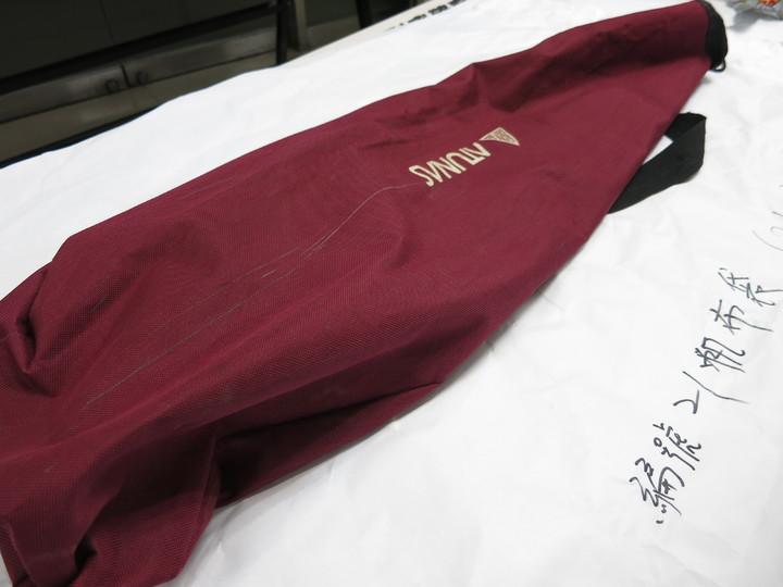 警方陳列林英昌背的紅色帆布背袋。記者陳金松/攝影