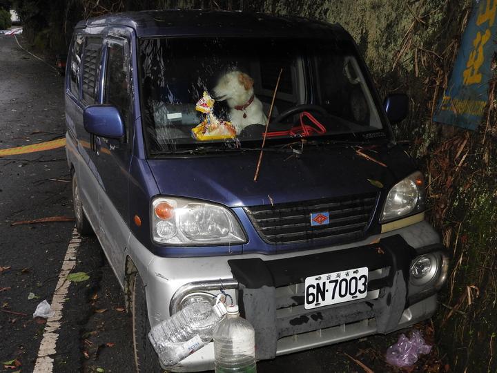 台鐵爆炸案林嫌座車在南投縣仁愛鄉被發現,車上還養了隻狗。記者賴香珊/攝影