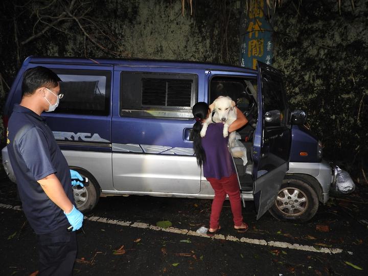 附近婦人幫忙抱出林嫌飼養在車上的狗。記者賴香珊/攝影