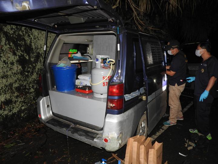 林嫌平常以車為家,車上除生活用品和各式雜物,還放有瓦斯爐和瓦斯桶便於煮食。記者賴香珊/攝影