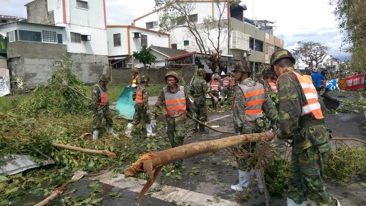台東三軍各單位總動員,協助市民重建家園。記者尤聰光/攝影
