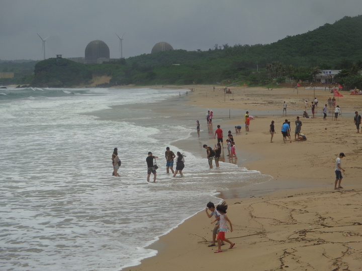 墾丁高人氣的南灣沙灘,因颱風帶來的大浪捲走岸上沙,沙灘面積「縮水」三分之一。記者潘欣中/攝影