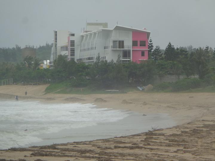 夏都沙灘酒店後方的墾丁大灣沙灘被巨浪淘空。記者潘欣中/攝影