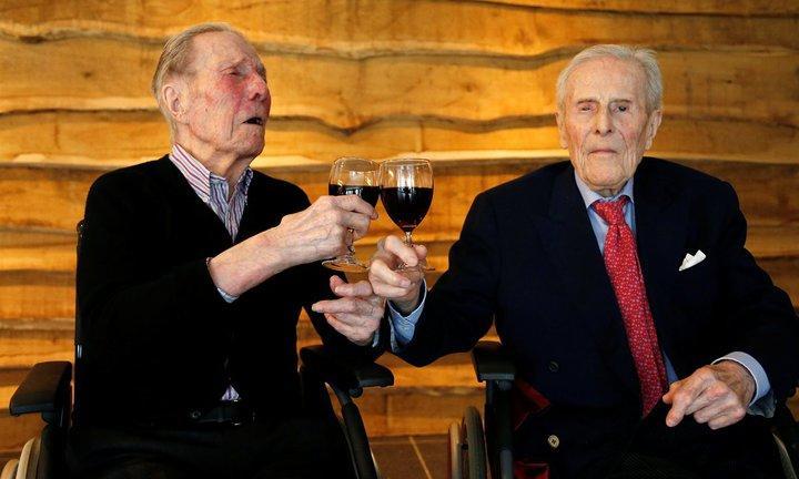 全世界最長壽的男雙胞胎是來自比利時的彼得‧蘭格洛克(Pieter Langerock)和保洛斯‧蘭格洛克(Paulus Langerock),他們日前在養老院一同慶祝103歲生日。(圖片來源:路透)