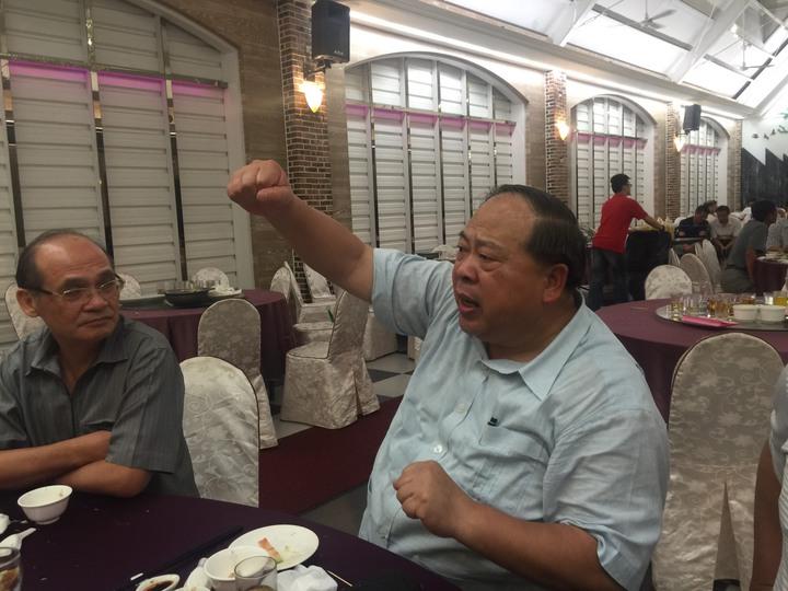 市警察局長陳子敬描述10多年前到過宏碁的渴望村 ,咬緊牙關爬上20公尺高的圓木頂端,勉警察做事要有毅力。記者吳政修/攝影