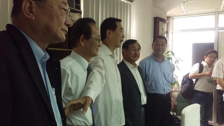 國光客運董事長王應傑(右三)、台北客運董事長李博文(右二)今開會討論如何因應一例一休修法。記者徐子晴/攝影