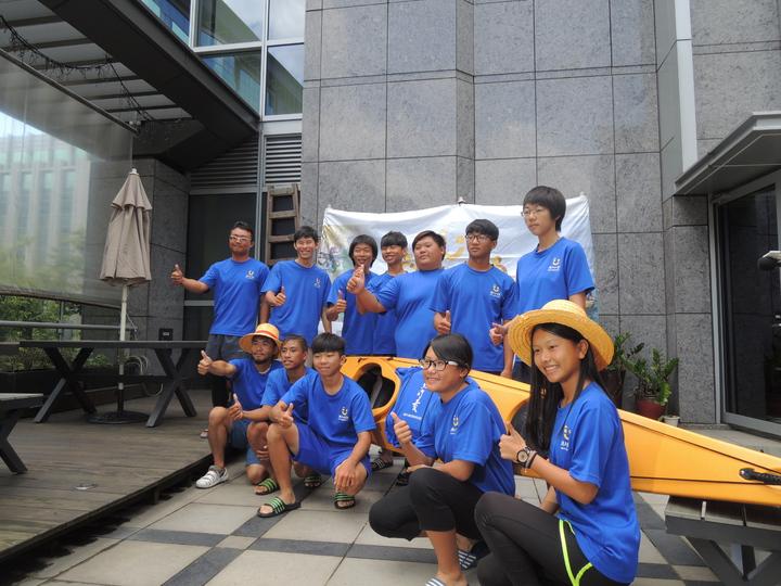 台東「孩子的書屋」7月1日帶領8名弱勢中學生,挑戰獨木舟環島670公里,完成1/3行程的他們今抵達台北開記者會,展示自製的獨木舟。記者張錦弘/攝影