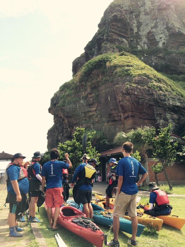 8名台東「孩子的書屋」孩子展開獨木舟環島之旅。圖/孩子的書屋提供