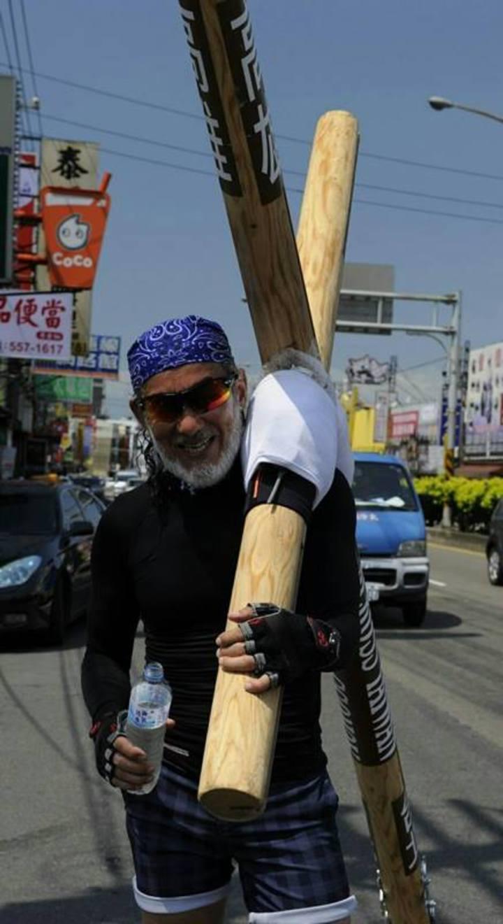 岡田正之預計15日抵達台南後走到高雄85大樓,完成在台灣15天的苦行行動。圖/不良牧師提供