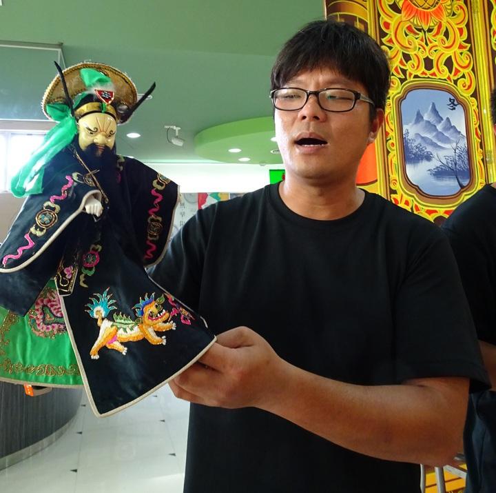 傳統戲偶的身段及口白特別生動。記者翁禎霞/攝影