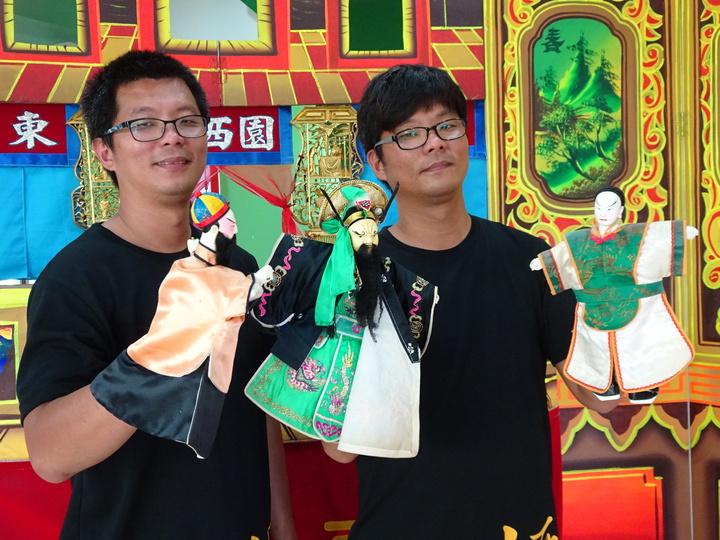 雙胞胎兄弟邱文科(左)、邱文建(右)演出傳統布袋戲十多年,今年首度入選屏縣傑出團隊。記者翁禎霞/攝影