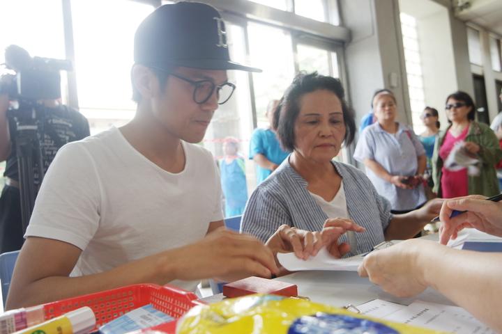 林秀花(右)下午在兒子徐詣帆的陪同下,到萬榮鄉公所登記參選。記者王思慧/攝影