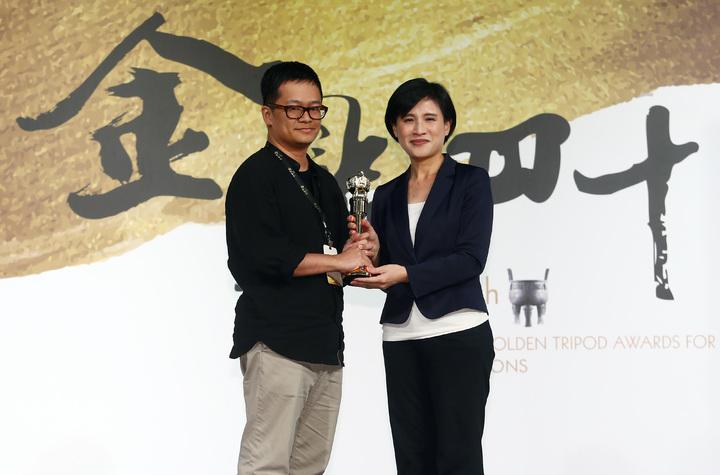 「聯合文學」,獲金鼎獎的年度雜誌獎。文化部長鄭麗君(右)親自頒發獎座給聯合文學總編輯王聰威(左)。記者杜建重/攝影