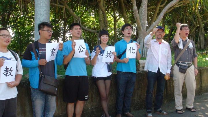 南華大學教授謝青龍(右一)、副教授周平(右二)和學生們要環島為高教和醫療發聲。記者謝恩得/攝影