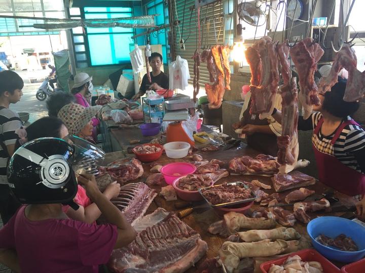 雖然近日豬價上揚,但許多豬肉攤的生意反而更好,布袋鎮這家豬肉攤一早營業就吸引大批婆婆媽媽來選購。記者黃煌權/攝影