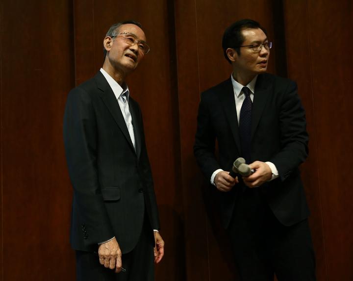 麥克風頻出狀況,遠雄集團董事長趙藤雄(左)面露無奈。記者王騰毅/攝影