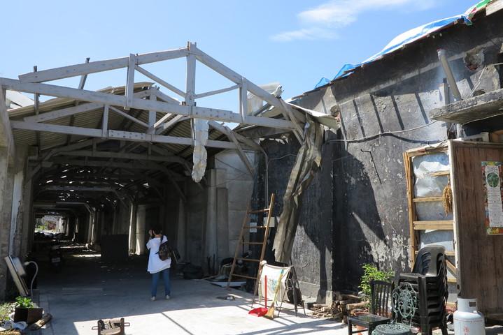 台糖舊廠區建物多處遭颱風吹落屋頂磚瓦、鐵皮造成毀損。圖/文化部提供