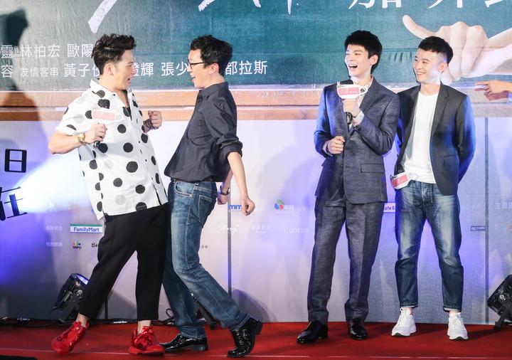 導演吳子雲(左二)與大飛(左一)示範電影中的戰舞,林柏宏(左三)與董子健(左四)在旁看戲。記者鄭清元/攝影