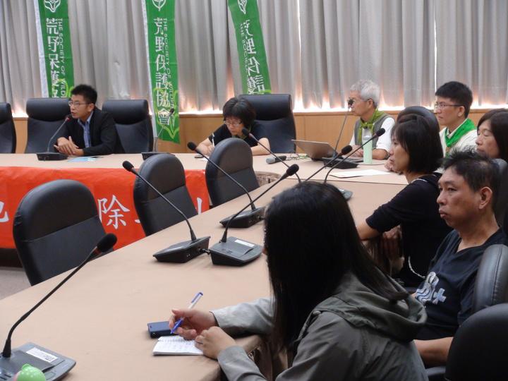 荒野保護協會成員十餘人,今天赴新竹縣議會,噴灑除草劑嚴重破壞生態。記者羅緗綸/攝影