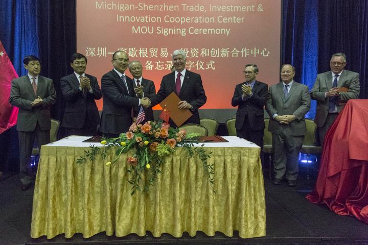 密西根州州長施奈德(前排右)今年5月份訪問中國大陸多個城市,積極建立經貿合作的夥伴關係,並爭取中資入駐密州。(圖:密西根州長辦公室)