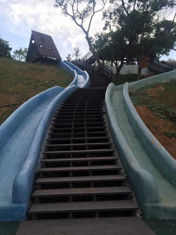 設在新竹市香山青青草原的北台灣最長磨石子滑梯,29日啟用。記者李青霖/攝影