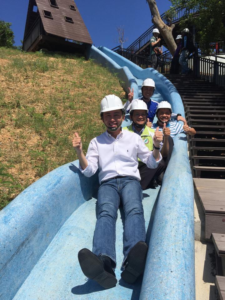市長林智堅與議員曾資程、劉聲正等人現勘香山青青草原磨石子滑梯,覺得好玩。記者李青霖/攝影