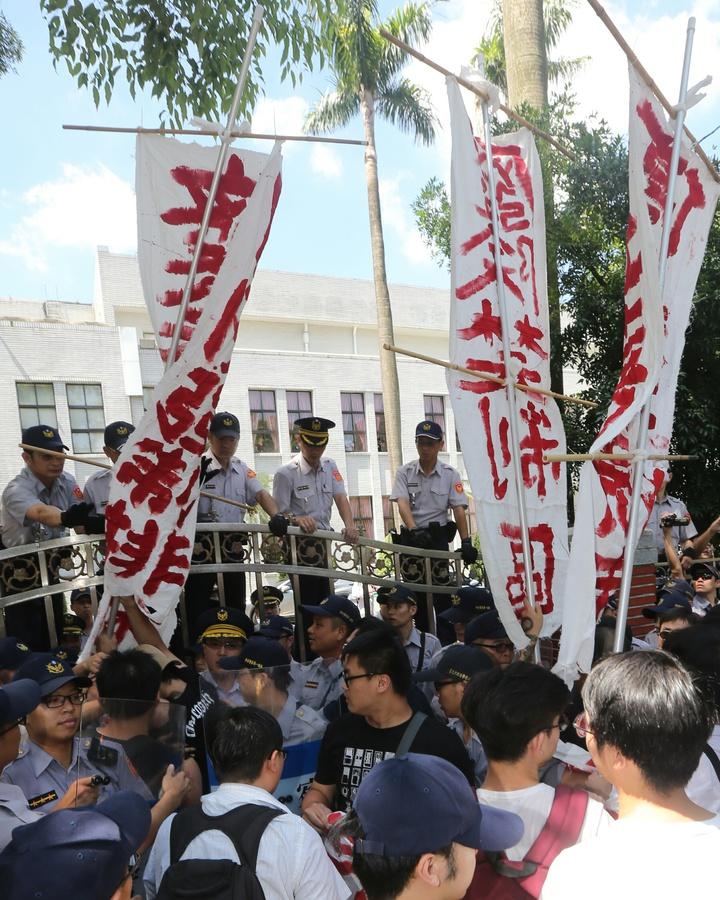 籲集遊法刪禁制區條款,民團與警推擠 。記者陳正興/攝影