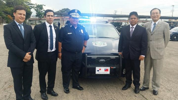 我駐巴拿馬大使劉德立(右一)在7月14日下午赴巴拿馬警察總署,參加與公安部長Alexis Bethancourt Yau共同主持我政府援贈「巴國警察總署警車採購計畫」儀式。圖片來源:我駐巴拿馬大使館