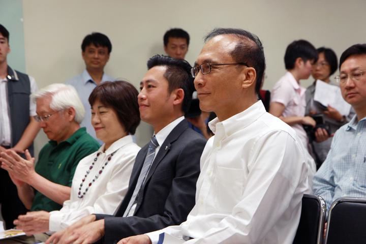 行政院長林全(右)今上午來到新竹國家同步輻射研究中心,視察台灣光子源光束線實驗站的興建進度。記者王敏旭/攝影