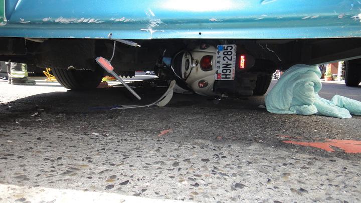 女騎士機車遭客運拖行後捲入車底。記者蔣繼平/攝影