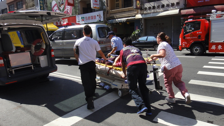 女機車騎士被救出後立刻送醫救治。記者蔣繼平/攝影