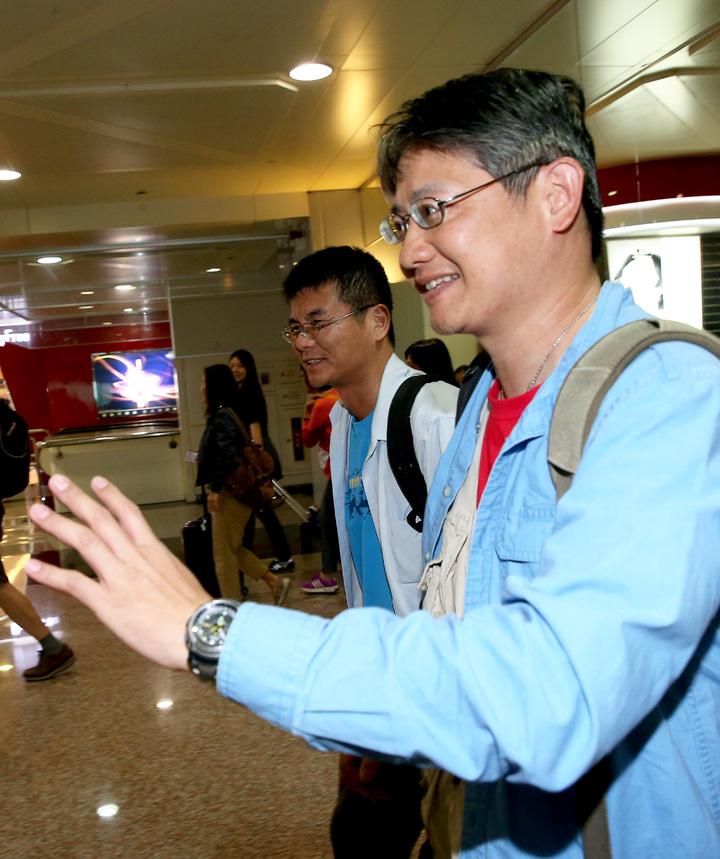 土耳其政變機場關閉,第1班從伊斯坦堡飛出的土耳其航空班機,延誤約12個小時候,17日清晨5時40分平安降落桃園機場。旅客王先生(右)說:「回家真好!」記者陳嘉寧/攝影