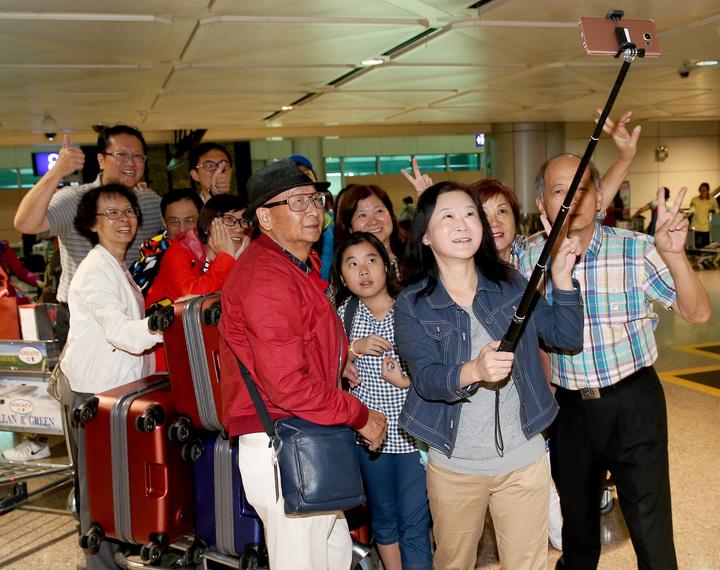 土耳其政變機場關閉,第1班從伊斯坦堡飛出的土耳其航空班機,延誤約12個小時候,17日清晨5時40分平安降落桃園機場。旅客等候行李時拿出自拍棒拍照留念,並同聲說:「天佑台灣!」記者陳嘉寧/攝影